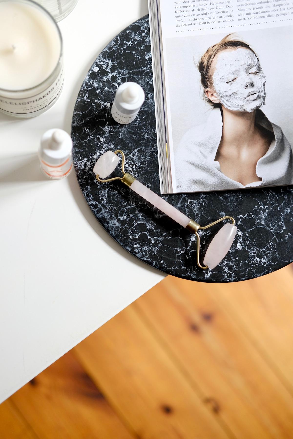 Beautyblog Beautyblogger BARE MINDS Elina Neumann Rosenquarz Roller Anwendung