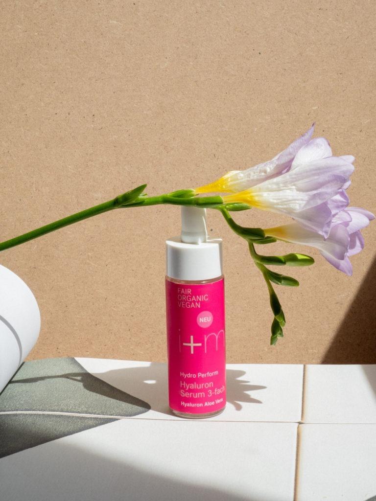 Beautyblog BareMinds Naturkosmetik für den Sommer i plus m Naturskosmetik Hydro Perform Hyaluron Serum 3-fach 1