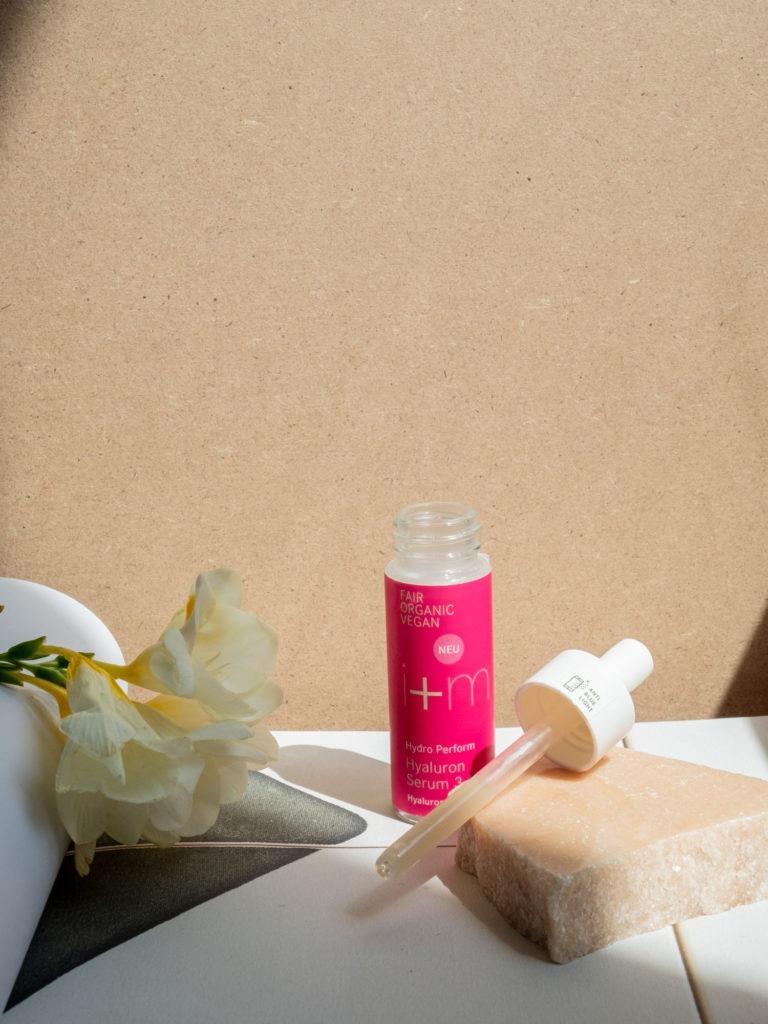 Beautyblog BareMinds Naturkosmetik für den Sommer i plus m Naturskosmetik Hydro Perform Hyaluron Serum 3-fach 4